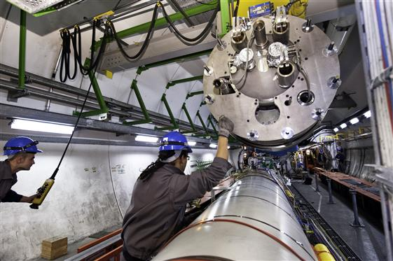 09 dez. 2008: remoção de ímãs para reparo no LHC. O acelerador deve voltar a funcionar em outubro deste ano.